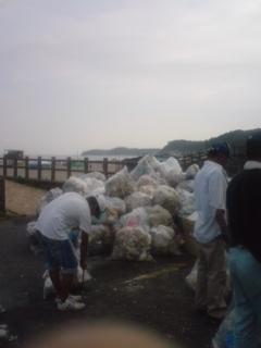 ゴミの山の海水浴場